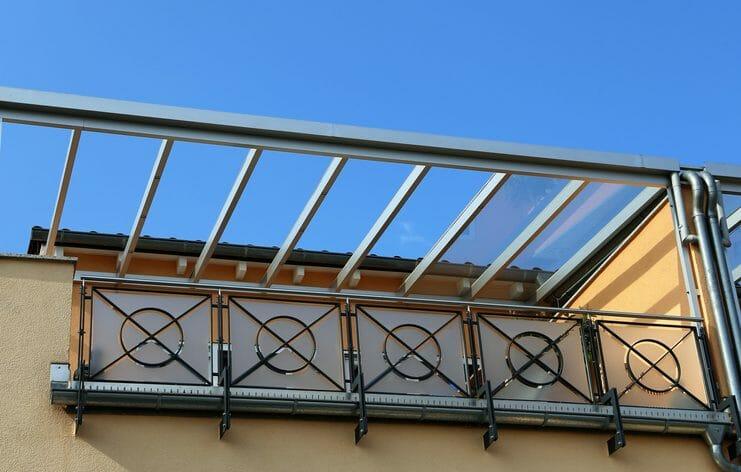 激安でバルコニーに屋根を後付けるには?
