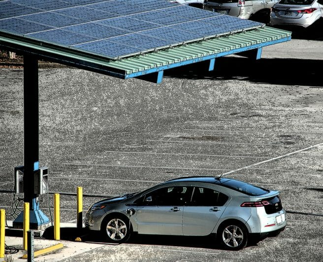 駐車場の屋根に太陽光発電を取り付ける費用・価格の相場は?