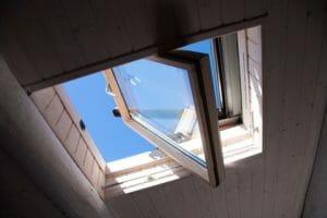 ベランダに天窓を取り付けるのにかかる費用は?