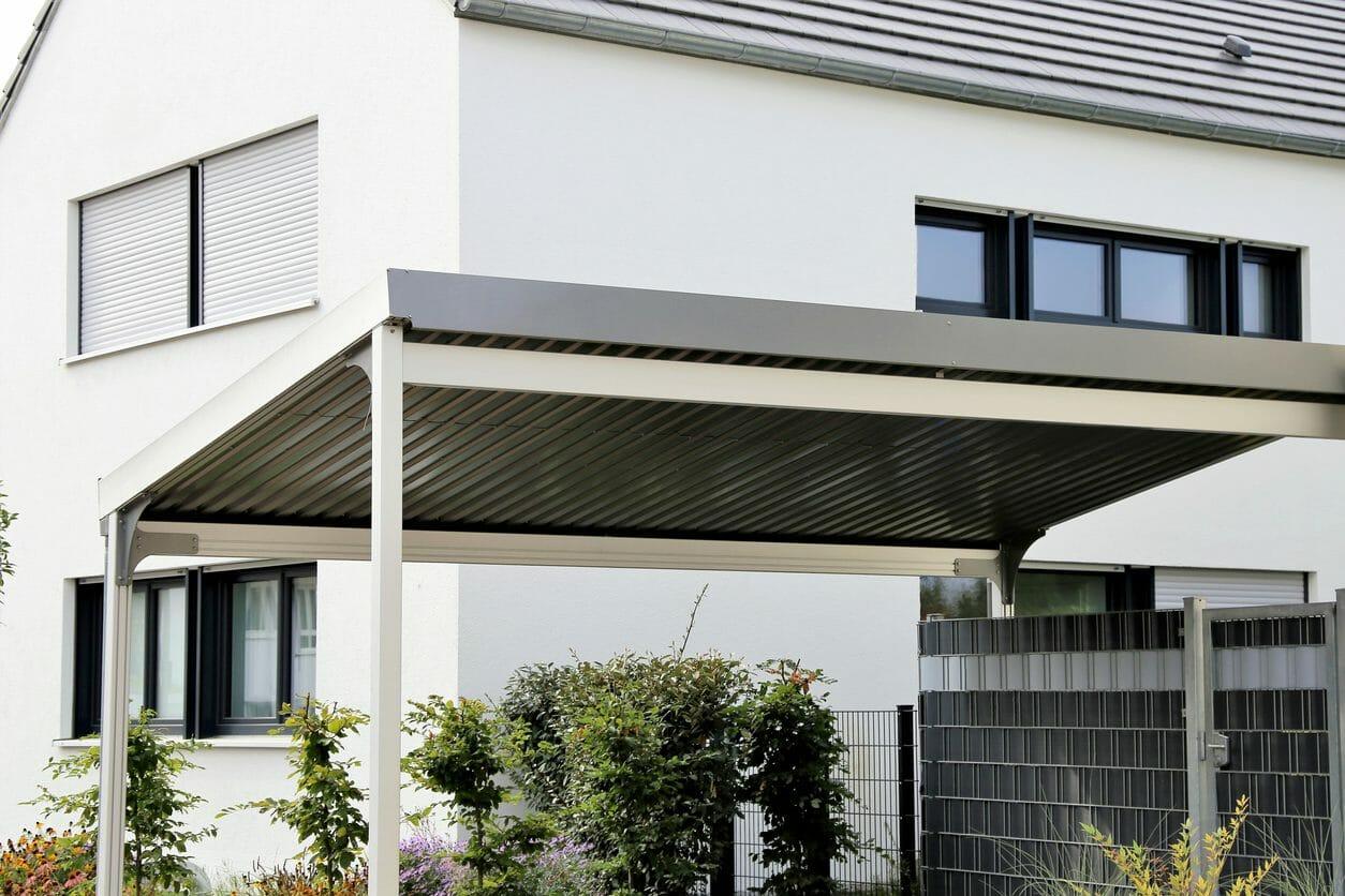 駐車場(カーポート)に屋根を設置する工事費用・価格の相場は?
