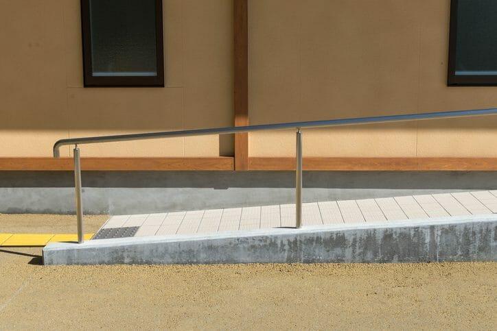 庭の段差解消やスロープを設けるリフォームにかかる費用は?