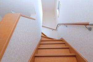 階段に手すりを取り付けるリフォーム費用や価格の相場は?