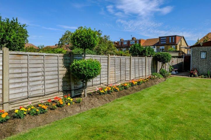 庭に芝生を植える・人工芝を敷くリフォームの費用や価格の相場は?