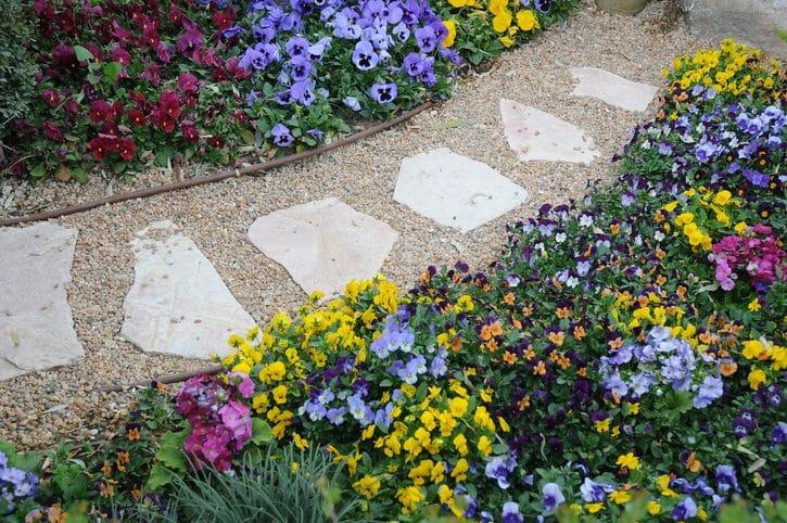 庭に砂利を敷く工事の費用・価格の相場は?