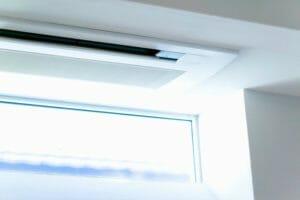 天井埋め込みエアコンを取り付けるメリット・デメリットは?
