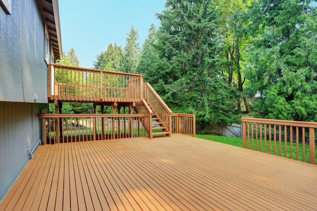 天然木のウッドデッキを施工する費用は?メンテナンス方法も紹介!