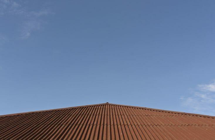 トタン屋根の修理にかかる価格の相場は?棟板金の修理費用も併せて解説!