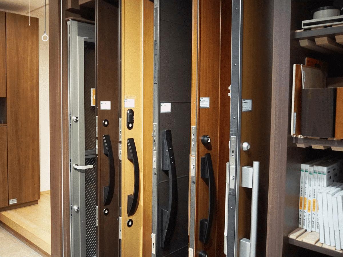 玄関ドアの展示