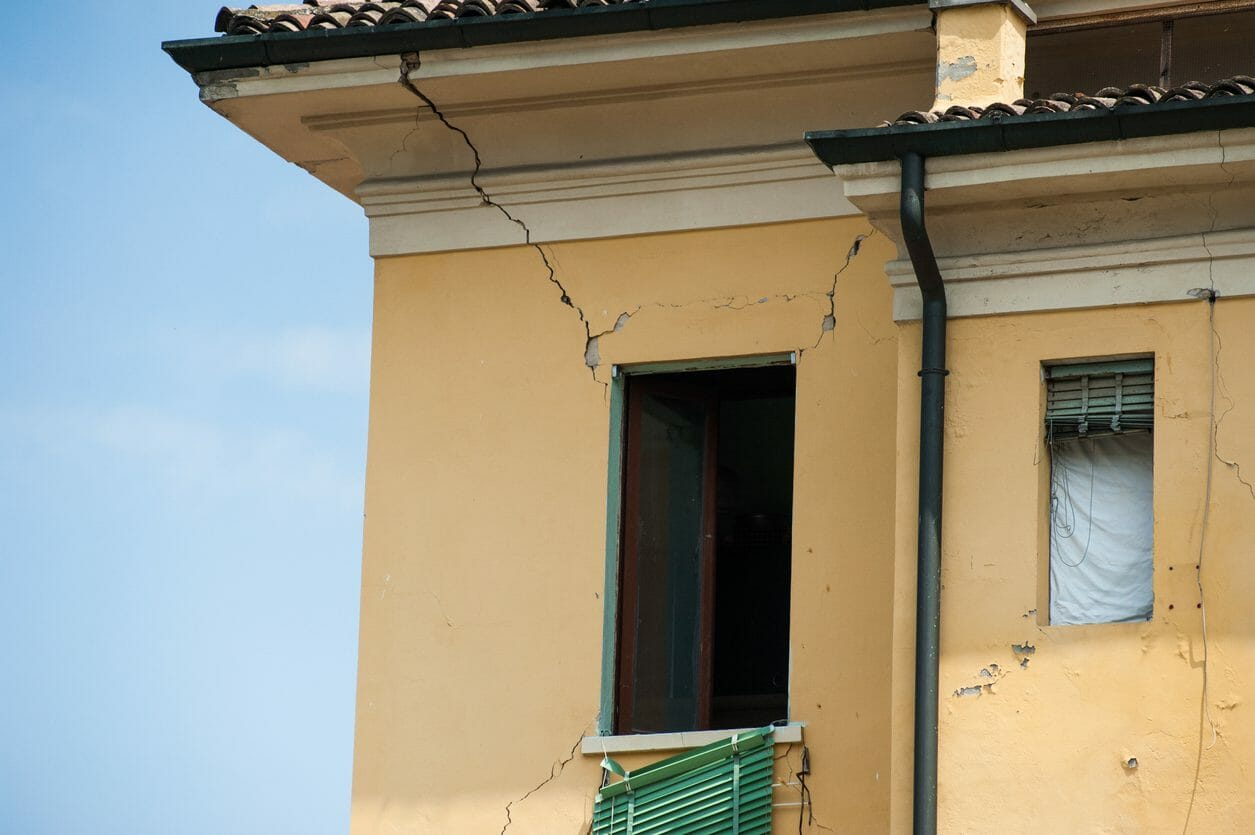 外壁にひび割れが...原因とその対処法について紹介!