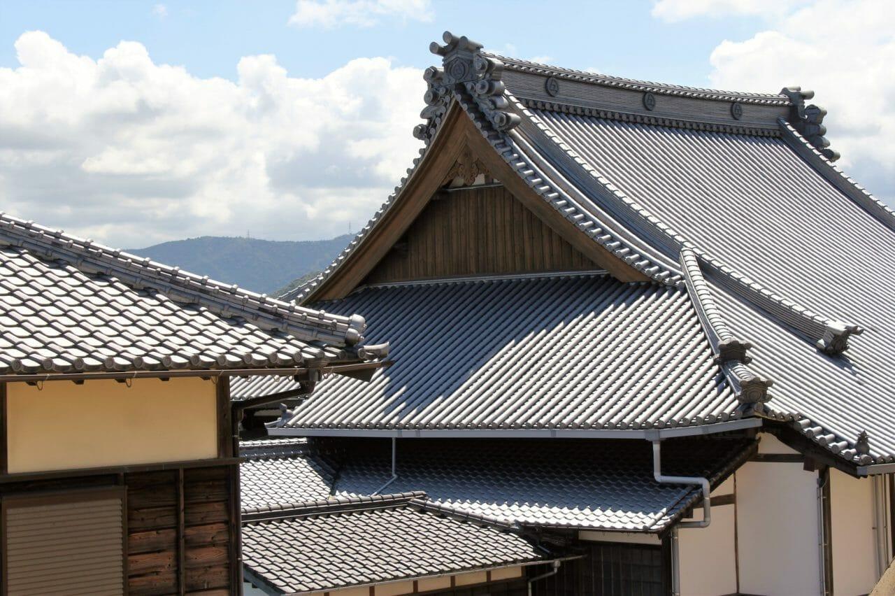 瓦屋根の耐震性は大丈夫?瓦屋根の耐震性能や補強方法についてご紹介します!