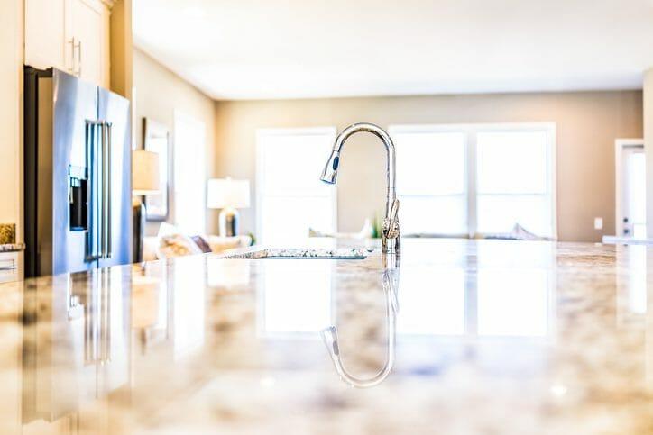 キッチンの蛇口からの水漏れ修理にかかる費用は?水漏れの原因も解説