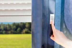 窓・ガレージの電動シャッターリフォーム!取付方法や費用をご紹介