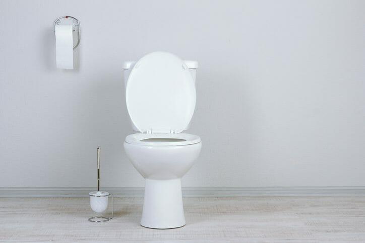トイレの床からの水漏れの原因は?修理費用も解説