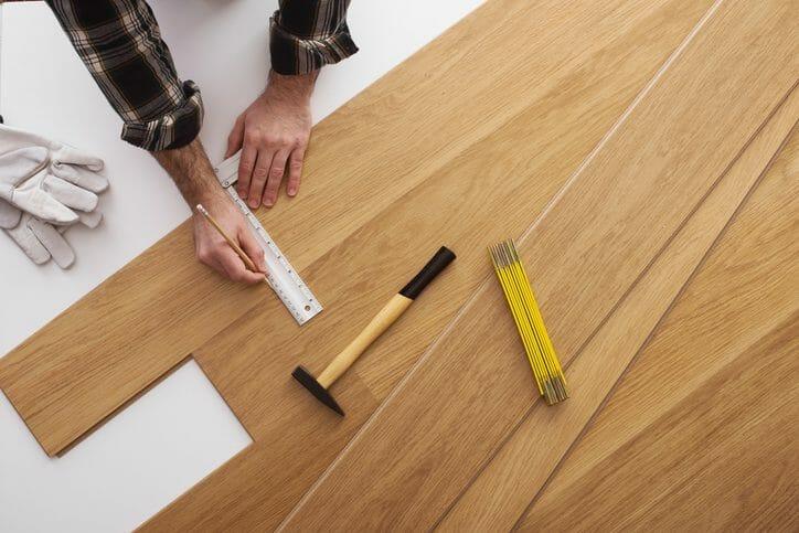 フローリングの床が沈む場合の修理方法や費用は?