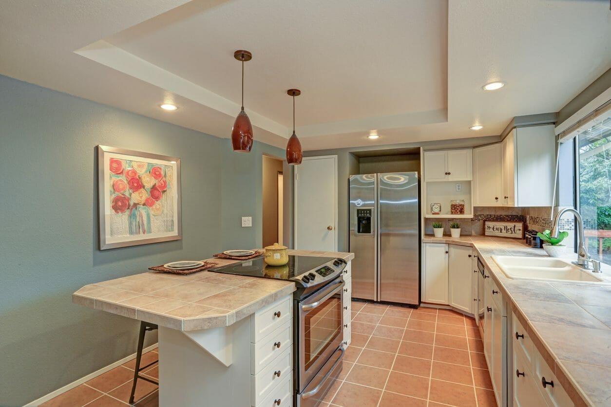 独立型キッチンの特徴やメリットを解説!オープンとの違いは?