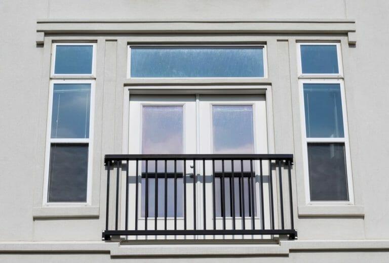 窓に転落防止の手すりを取り付ける費用・価格は?