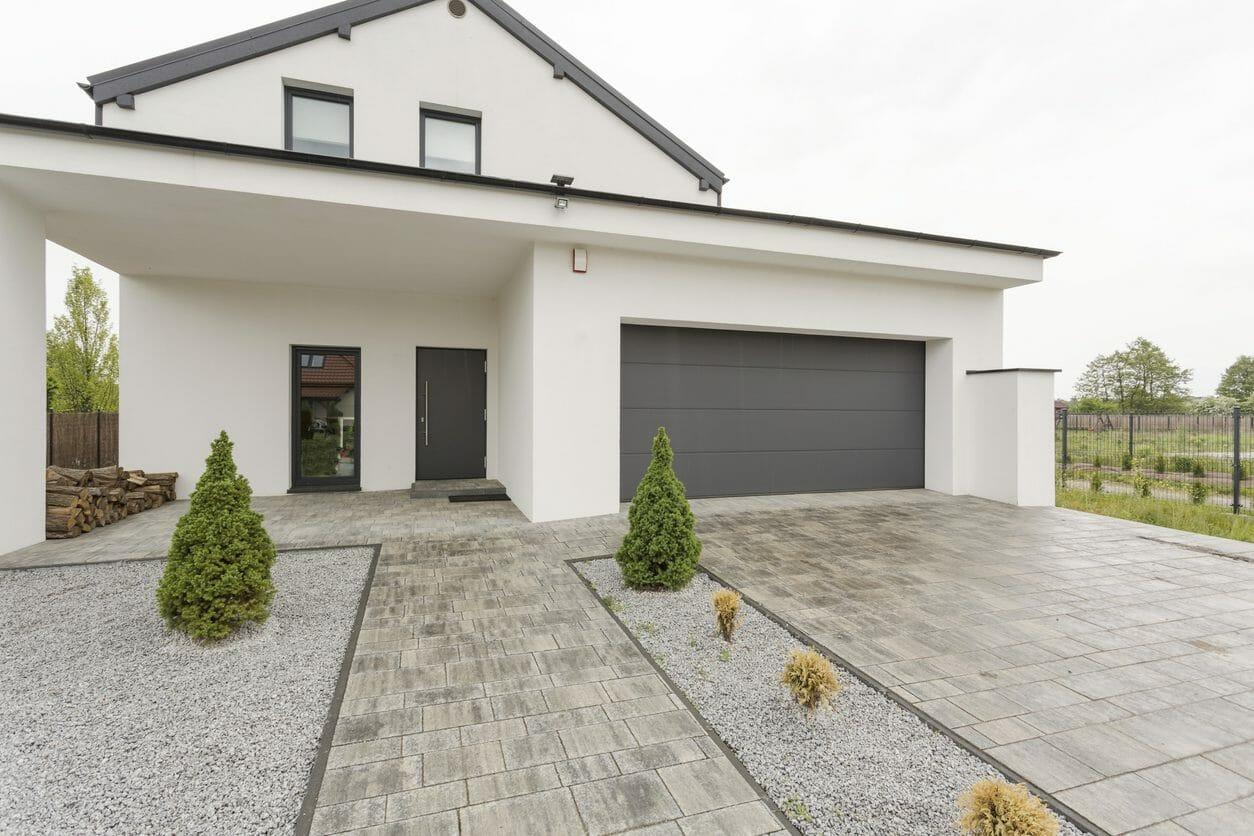 玄関ポーチに屋根や庇を後付けするリフォーム費用や価格の相場は?