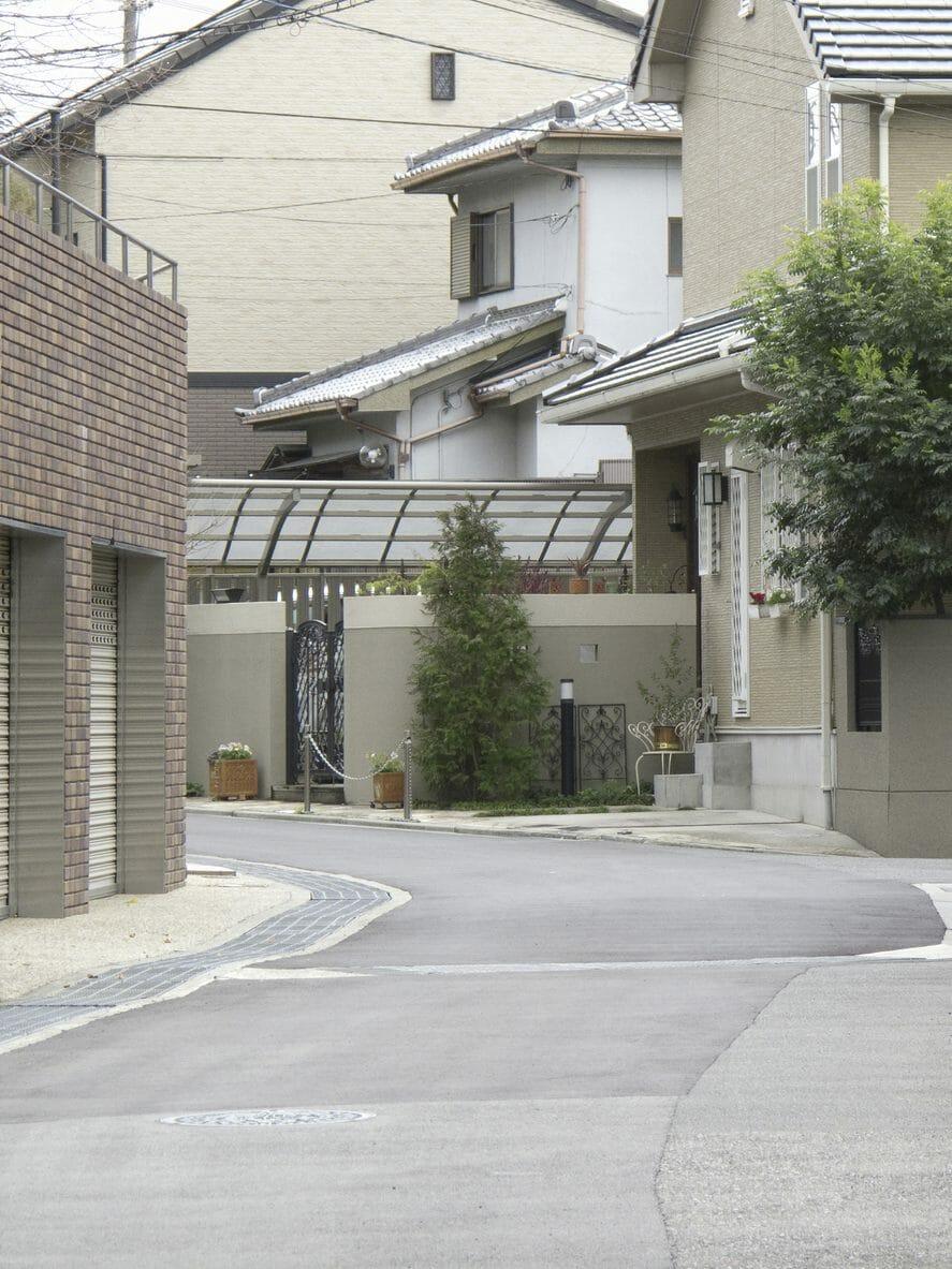バルコニーに屋根を後付けるのにかかる費用の相場は?