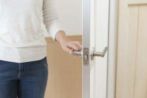 ドアが閉まらないときの原因と直し方について