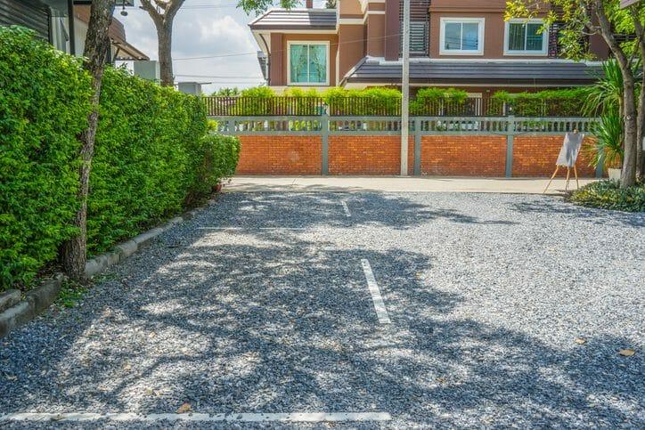 外構工事で駐車場を砂利敷きにする場合のメリットや費用を解説!