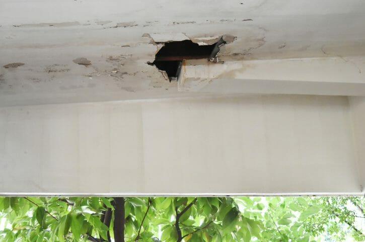 天井にあいた穴の塞ぎ方と修理方法