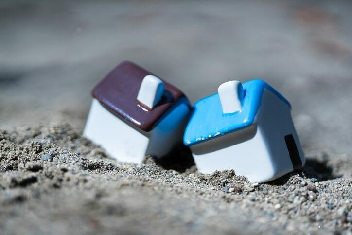 地震で傾いた家は地震保険が適用される?