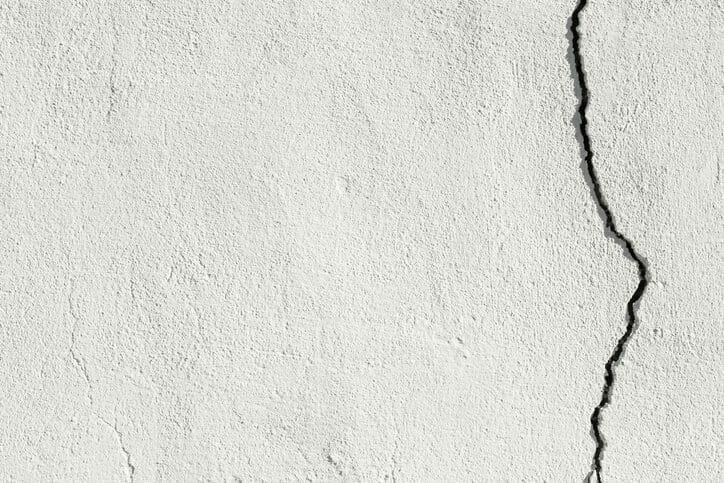 外壁のひび割れを放置するのリスクや修理にかかる費用について