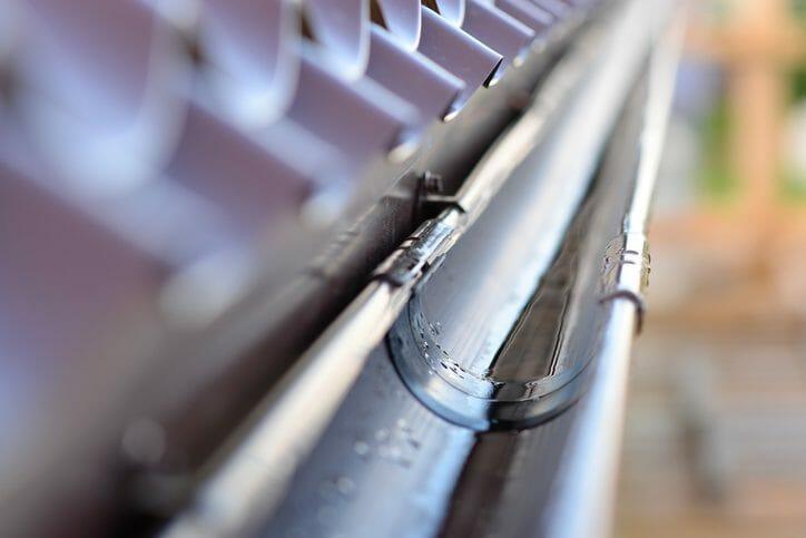 雨樋の掃除方法や業者に依頼した方が良いケースを解説!