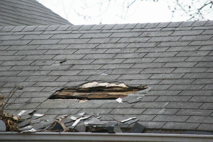 屋根の雨漏りを自分で修理する方法やプロに依頼した場合の費用について