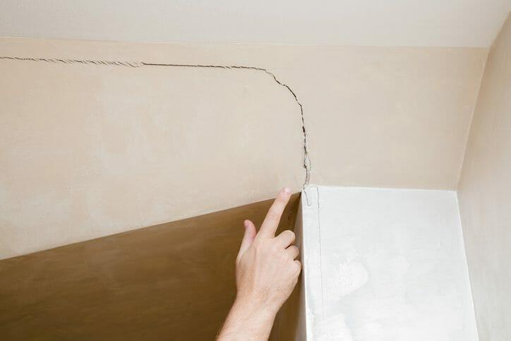 天井にひび割れ!原因と対処の仕方とは