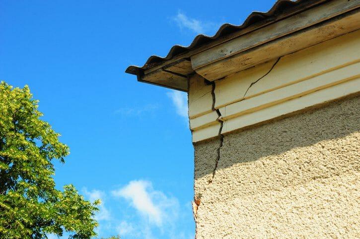 外壁がひび割れを起こす原因や補修材について