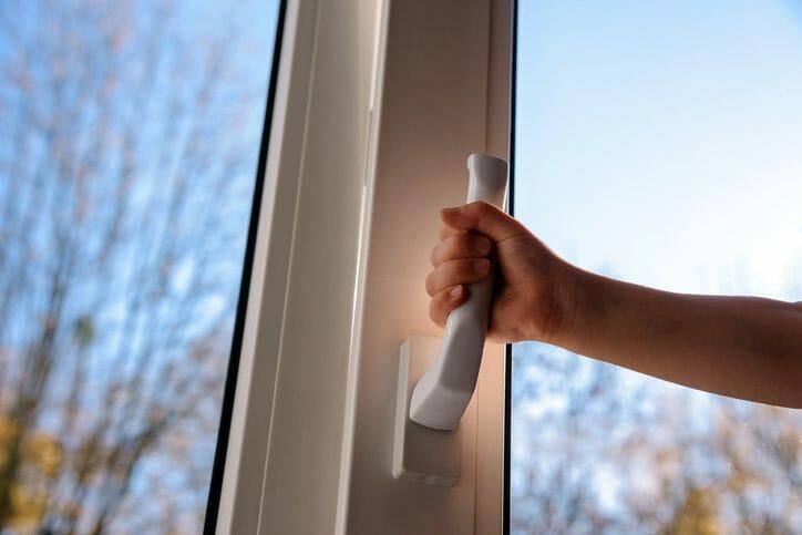 窓が閉まらない・ロックできないときの対処法