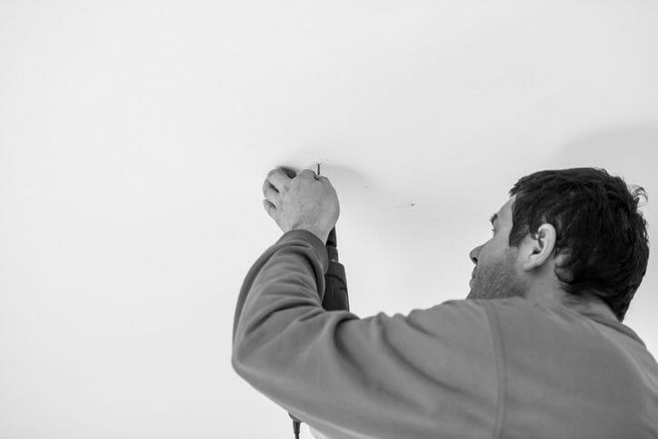 天井に穴を開ける方法や準備するものについて