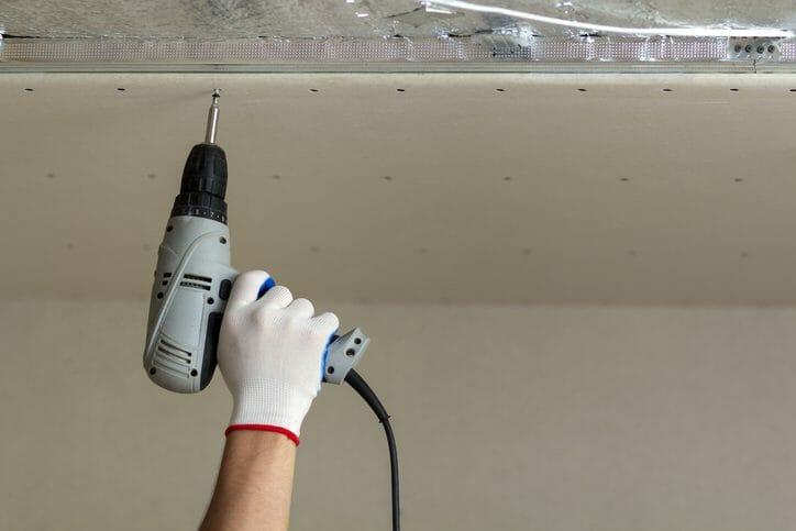 天井に穴をあける方法や工具について