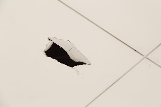 天井に穴が開いたときの対処法と修理費用